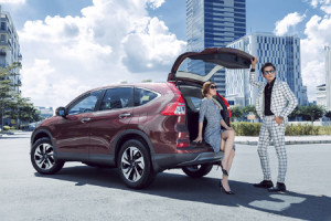 Ngôi sao người mẫu khoe dáng bên Honda CR-V 2016 màu đỏ